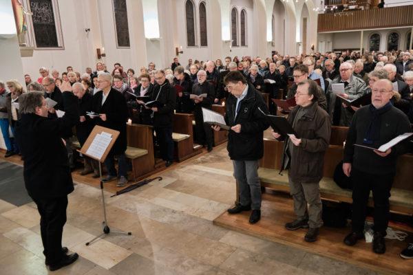 120 Sängerinnen und Sänger aus den Chören in ganz Lippstadt gestalteten den Weggottesdienst zum Start des Pastoralen Raums Lippstadt. Auch die Messdiener kamen aus allen ehemaligen Pfarreien.