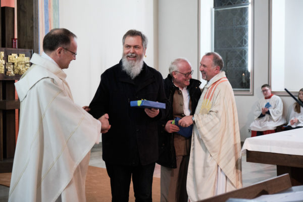 Pfarrer Markus Gudermann (l.) und Pfarrer Thomas Wulf (r.) überreichen Christian Laws (2.v.l.) und Ulrich Möller (2.v.r.) als Dankeschön für ihre Arbeit als Pfarrer. Beide werden künftig als Pastöre im Pastoralen Raum Lippstadt arbeiten und weiter als Seelsorger Ansprechpartner sein.